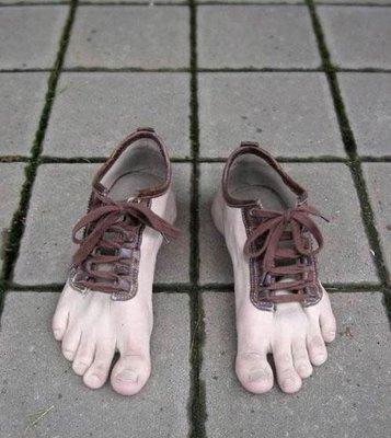 http://ketansalak.files.wordpress.com/2010/11/sepatu-aneh.jpg